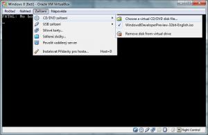 2. Ilustrace: Do virtuální DVD mechaniky je potřeba vložit instalační obraz Windows 8.